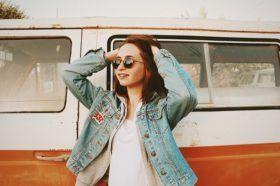 Jeune femme devant un van vintage